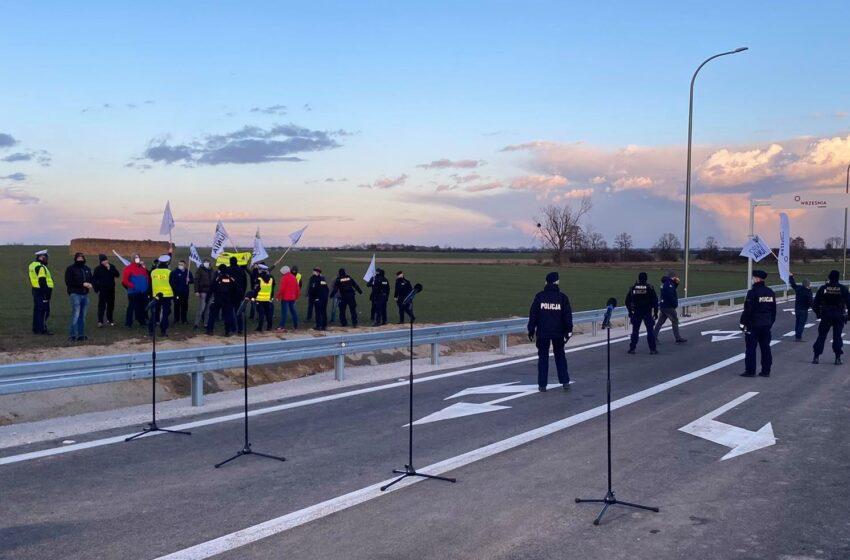 (video) Protesty rolników z Agrounii przerwały konferencję premiera we Wrześni