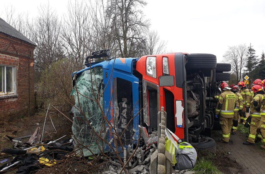 Jaroszewice Rychwalskie: ciężarówka wjechała w płot