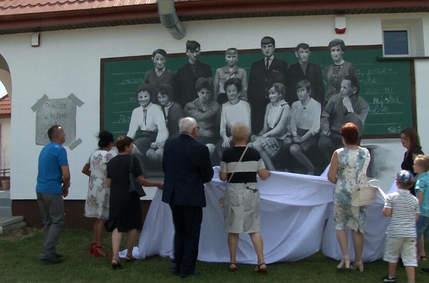 Pierwsi ósmoklasiści Szkoły Podstawowej w Krwonach tematem muralu na ścianie budynku byłej już szkoły